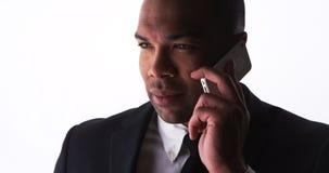 Ufny młody biznesmen opowiada na smartphone Obraz Stock