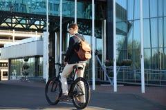 Ufny młody biznesmena odprowadzenie z bicyklem na ulicie w miasteczku Zdjęcie Royalty Free