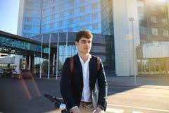 Ufny młody biznesmena odprowadzenie z bicyklem na ulicie w miasteczku Fotografia Royalty Free