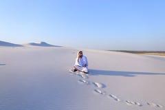 Ufny męski emiratu budowniczy mówi na komórkowym z klientem, Obraz Royalty Free