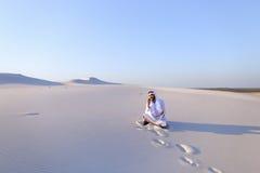 Ufny męski emiratu budowniczy mówi na komórkowym z klientem, Zdjęcia Stock
