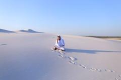 Ufny męski emiratu budowniczy mówi na komórkowym z klientem, Obraz Stock