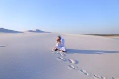Ufny męski emiratu budowniczy mówi na komórkowym z klientem, Obrazy Royalty Free
