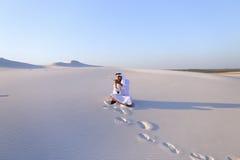Ufny męski emiratu budowniczy mówi na komórkowym z klientem, Zdjęcia Royalty Free