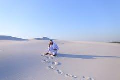 Ufny męski emiratu budowniczy mówi na komórkowym z klientem, Fotografia Royalty Free