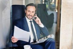 Ufny męski kierownik opowiada na telefonie komórkowym Zdjęcie Royalty Free