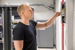Ufny Męski technika otwarcia ogienia panel W Datacenter Zdjęcia Stock
