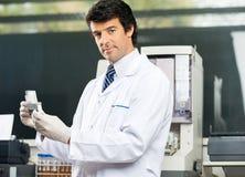 Ufny naukowiec Analizuje próbki moczu W Lab zdjęcie stock