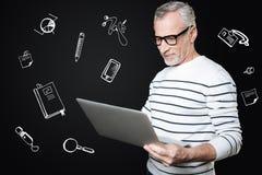 Ufny postępowy nauczyciel trzyma laptop i przygotowywa dla lekci fotografia stock
