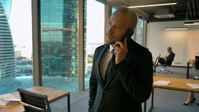 Ufny przedsiębiorca dzwoni jego dylowy partner w biurowym openspace zbiory