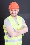 Ufny przystojny budowniczy pozuje z rękami krzyżować obraz royalty free