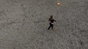 Ufny szczupły kobieta taniec, spełnianie przedstawienie z kuli ognistej pozycją na piasku Sprawny fireshow artysta pokazuje mistr zbiory wideo