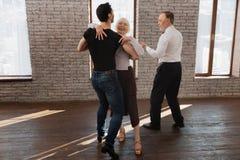 Ufny tana instruktora nauczanie starzał się ludzi walc w sala balowej Obrazy Royalty Free
