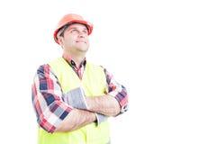Ufny uśmiechnięty budowniczy pozuje z rękami krzyżować obrazy royalty free
