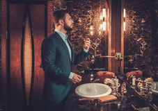 Ufny ubierający mężczyzna w Luksusowym łazienki wnętrzu obrazy stock