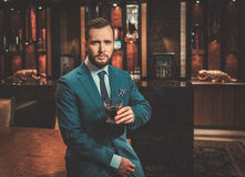 Ufny ubierający mężczyzna w Luksusowym łazienki wnętrzu fotografia stock