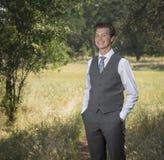 Ufny zrelaksowany młody człowiek outdoors w kostiumu i krawacie fotografia royalty free