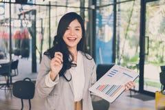 Ufnych bizneswomanów przedstawień księgowości rynku analityczna mapa a Zdjęcie Stock