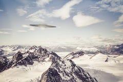 ufo över alaskabo berg Royaltyfri Foto