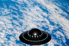 UFO πέρα από τα άσπρα σύννεφα και την μπλε επιφάνεια της γήινης τρισδιάστατης απεικόνισης στοκ εικόνα με δικαίωμα ελεύθερης χρήσης