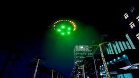 UFO летает над городом ночи перевод 3d иллюстрация штока