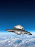 Летающая тарелка UFO над землей Стоковое Изображение