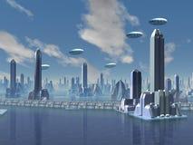 UFO über futuristischer ausländischer Stadt Lizenzfreie Stockfotos