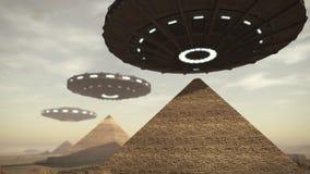 UFO boven de piramides van Egypte Stock Foto