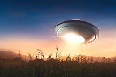 UFO con el vuelo del haz de la abducción en el cielo Imagen de archivo libre de regalías
