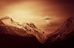 UFO con le montagne Fotografia Stock Libera da Diritti