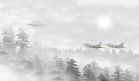 UFO dans un paysage de forêt brumeuse au lever de soleil Photo libre de droits
