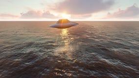 UFO, das über den Ozean fliegt Stockfoto