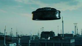 UFO, das über eine moderne Stadt fliegt Stockbilder