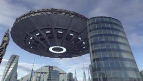 UFO, das über futuristischen Skylinen hoovering ist Lizenzfreies Stockfoto