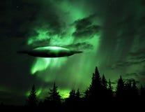 UFO, das aus den Wolken heraus steigt stockfotografie