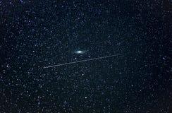 UFO die de Andromeda-melkweg overgaan stock afbeeldingen