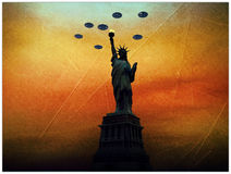 UFO-Eindringlinge über Freiheitsstatuen Stockbild