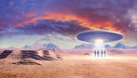 Ufo en vreemdelingen in de woestijn Stock Foto's
