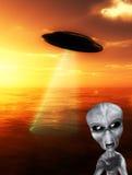 UFO mit verärgertem Ausländer Stockfotografie