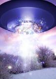 UFO nad coverd śnieżną powierzchnią Zdjęcie Royalty Free