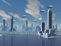 UFO sobre a cidade estrangeira futurista Fotos de Stock Royalty Free