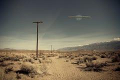 UFO sobre a estrada do deserto fotografia de stock