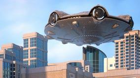 ufo som flyger över staden arkivfilmer