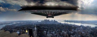 UFO sopra Manhattan Fotografie Stock Libere da Diritti