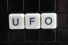 UFO, Titeltext-Wortkreuzworträtsel Alphabetbuchstabe blockiert Spielbeschaffenheitshintergrund Weiße alphabetische Buchstaben auf Lizenzfreie Stockbilder