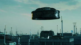 UFO volant au-dessus d'une ville moderne Images stock