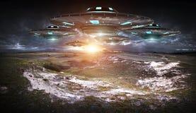 UFOinvasie bij aarde landascape het 3D teruggeven Stock Fotografie