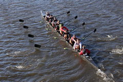 UGA大学在查尔斯赛船会人` s学院Eights的负责人赛跑 图库摄影