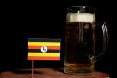 Uganda flaga z piwnym kubkiem na czerni Fotografia Royalty Free