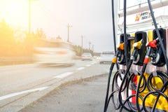 Ugelli della pompa di gas in un distributore di benzina Fotografie Stock